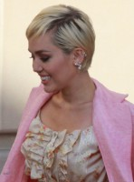 Miley_Cyrus_on_2015_Rock_and_Roll_Hall_of_Fame_Induction_Ceremony_(cropped)