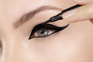 applying-liquid-eyeliner-step4