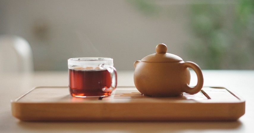 Minum teh herbal - Gak Main HP Sebelum Tidur Bisa Bikin Langsing