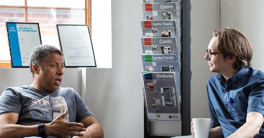 Komunikatif dengan pelanggan - Cara Menarik Pelanggan_ Kiat-kiat Ciptakan Repeat Order