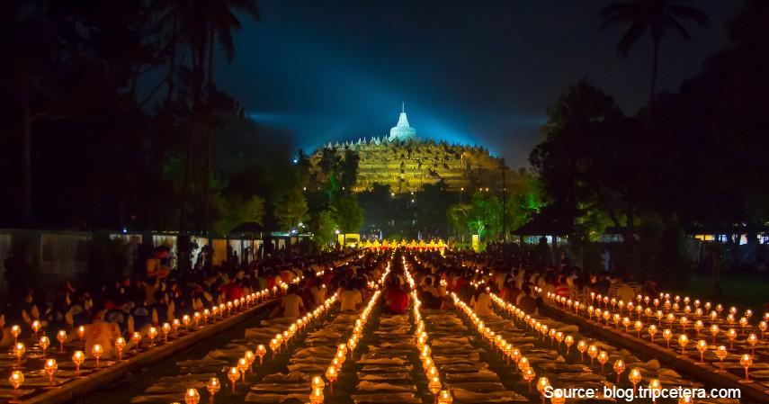 Datang di saat ritual Hari Raya Trisuci Waisak - Wisata Candi Borobudur, Salah Satu Warisan Dunia Kebanggaan Indonesia.jpg