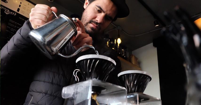 Cari barista yang tepat - Mau Memulai Bisnis Kedai Kopi Biar Kekinian_ Simak Dulu Tipsnya!