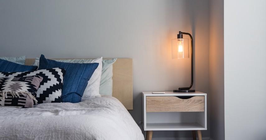 Jangan Tinggalkan Alat Elektronik Menyala Ketika Tidur - Cara Menghemat Listrik Paling Efektif Agar Tagihan Tidak Membengkak