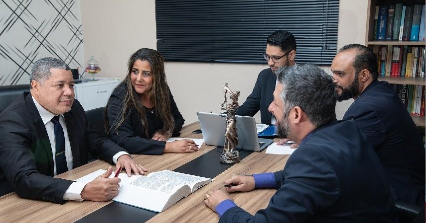 Konsultan Hukum - Pekerjaan Jurusan Ilmu Hukum Paling Keren Bergaji Tinggi