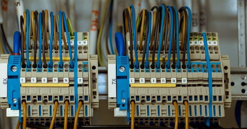 Mencabut Kabel atau Peralatan yang Tidak Digunakan - Cara Menghemat Listrik Paling Efektif Agar Tagihan Tidak Membengkak