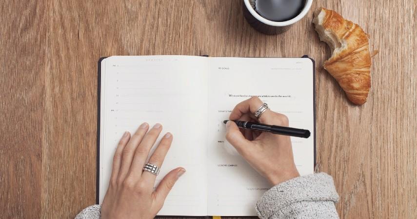 Membuat catatan keuangan - Cara Mengelola Gaji 4 Juta dan Tetap Bahagia