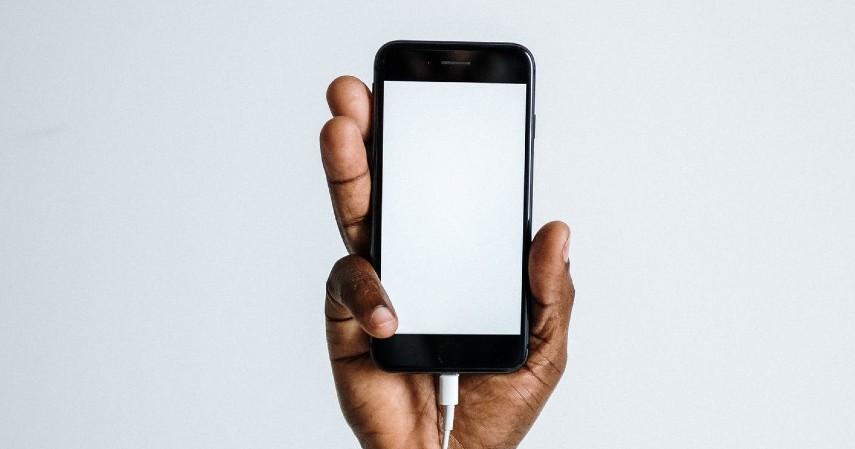 Ubah tampilan layar menjadi hitam putih - Tips Mengurangi Penggunaan Gadget Biar Hemat dan Pikiran Fresh