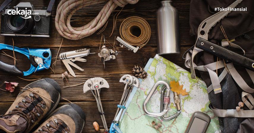 10 Peralatan Naik Gunung yang Wajib Dibawa