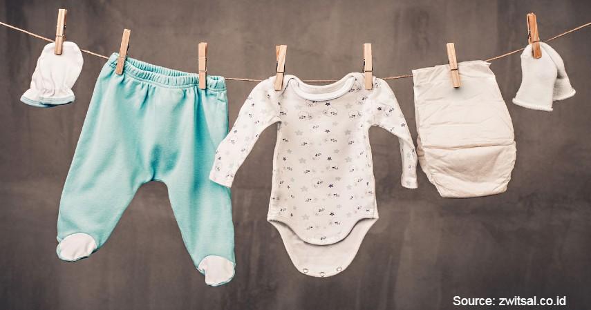 Pakaikan Pakaian Tipis - Atasi Bayi Demam yang Rewel dengan 7 Cara Berikut Ini