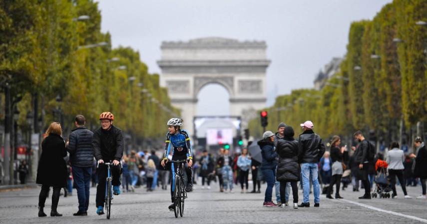 Paris membuat hari bebas kendaraan setiap hari minggu - 3 Negara Ini Sukses Ubah Kotanya Jadi Surga Pejalan Kaki