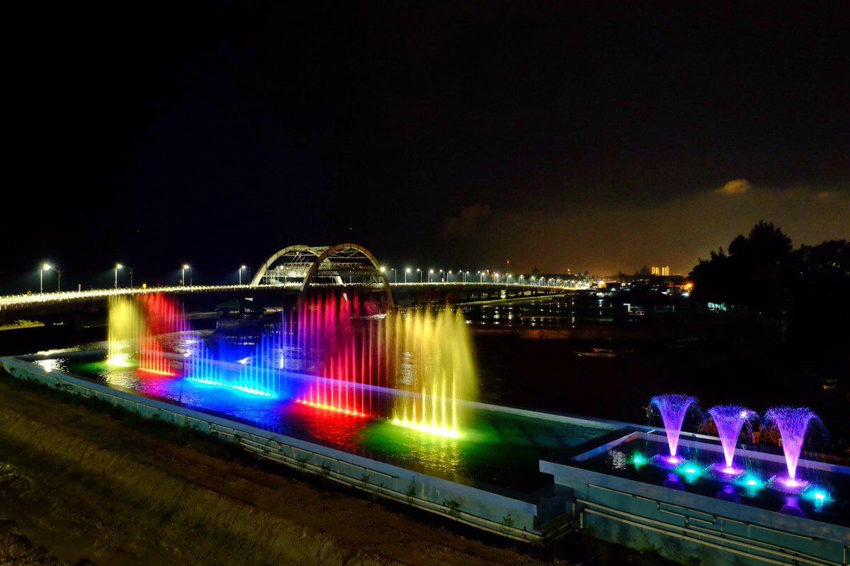 Atraksi Air Mancur Jembatan Suroboyo - Tujuan Wisata Favorit Dan Gratis Di Surabaya Yang Wajib Kamu Kunjungi