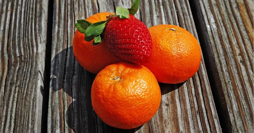 Buah Jeruk dan Stroberi - Mengandung Vitamin C