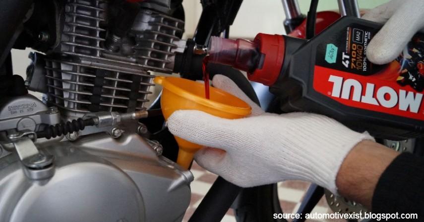 Ganti oli - Kebanjiran Ini 6 Tips Merawat Motor yang Terendam Air