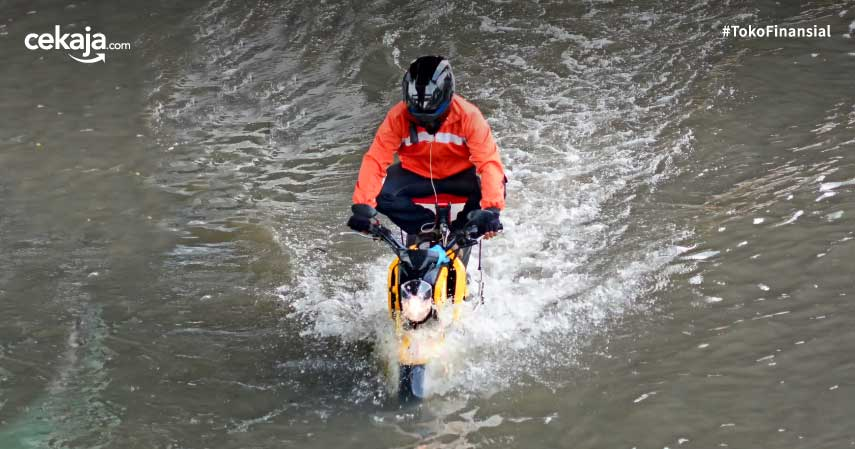 Jangan Asal Tebal, Ini 6 Cara Memilih Jas Hujan yang Nyaman