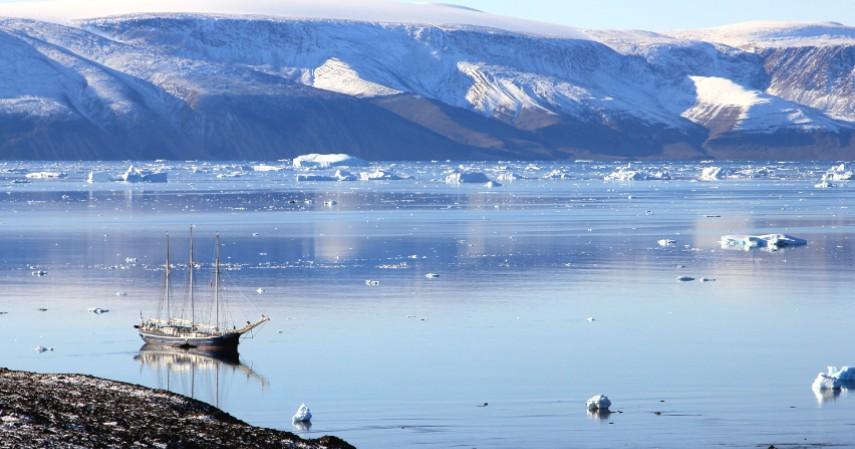 Wilayah Greenland lebih banyak ditutup es ketimbang padang rumput - - Mengenal Greenland Salah Satu Negara yang Belum Dikunjungi Corona