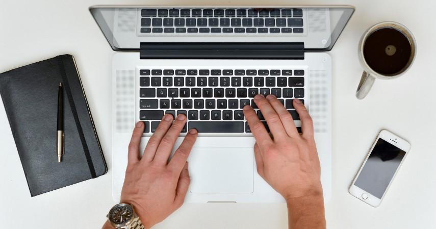 Lakukan rapat online - 7 Kegiatan Asyik yang Bikin WFH Menyenangkan
