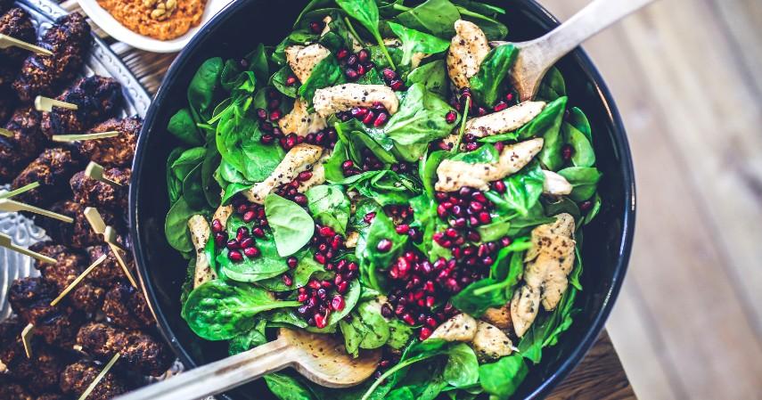 Mengonsumsi makanan bergizi - Tips Anti Stres dan Menjaga Kesehatan Mental Selama di Rumah Aja