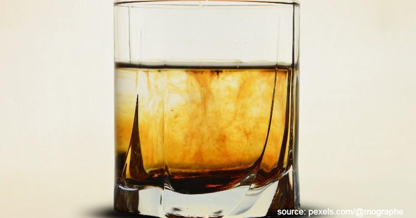 Minum alkohol - Bikin Produktivitas Turun Ini 5 Penyebab Susah Tidur di Malam Hari