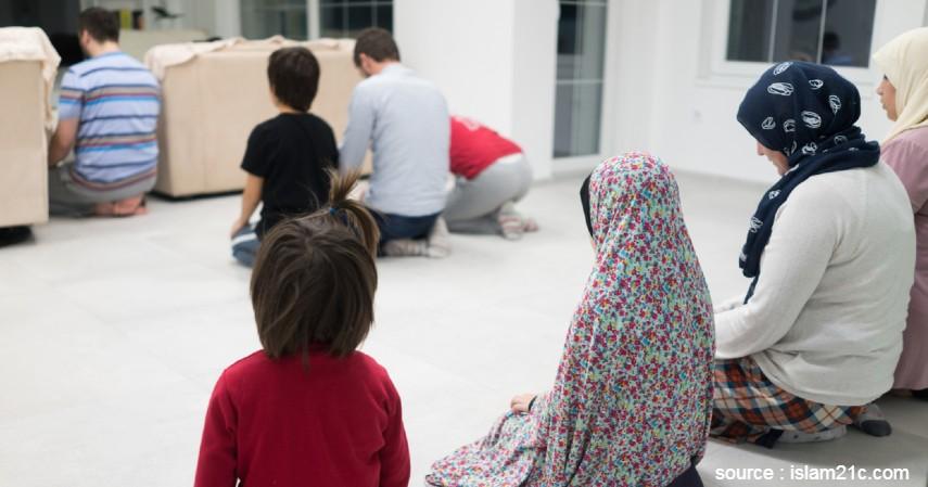 Salat Berjemaah Bersama Keluarga - 5 Cara Meningkatkan Pahala Ramadan di Tengah Pandemi