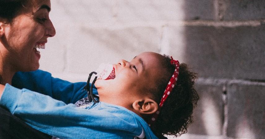 Ajarkan untuk Menjadi Seorang Pendengar yang Baik - Tips Mendidik Anak yang Benar Sesuai Fase Pertumbuhannya