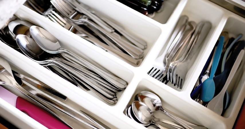 Bawa peralatan makan pribadi - 7 Tips Mengurangi Sampah Plastik di Kehidupan Sehari-hari