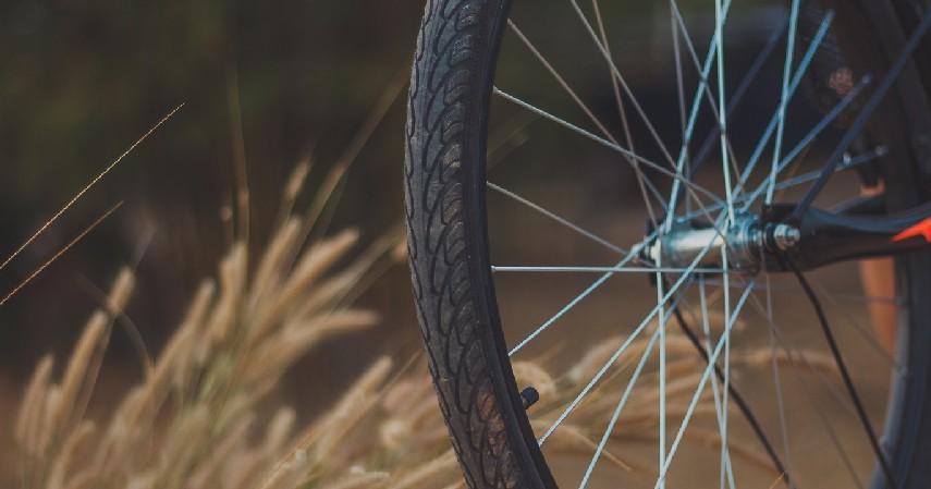 Cek kondisi fisik sepeda - Ini Tips Aman Bersepeda di Jalan Raya Biar Gak Mengganggu Pengendara Lain
