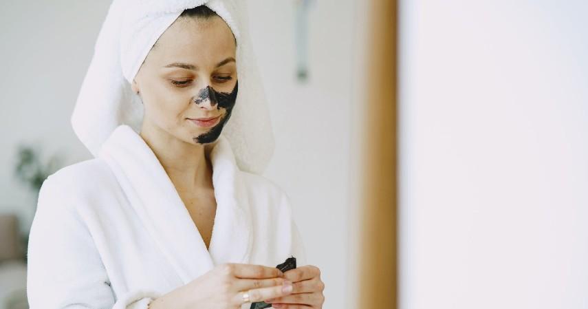 Gunakan Masker untuk Meremajakan Kulit Wajah - Rekomendasi Skincare Agar Tetap Glowing Selama di Rumah Aja