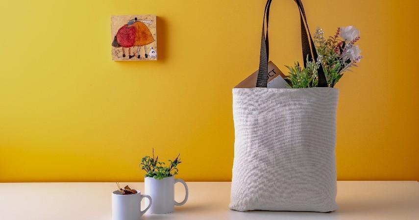 Gunakan tote bag - 7 Tips Mengurangi Sampah Plastik di Kehidupan Sehari-hari