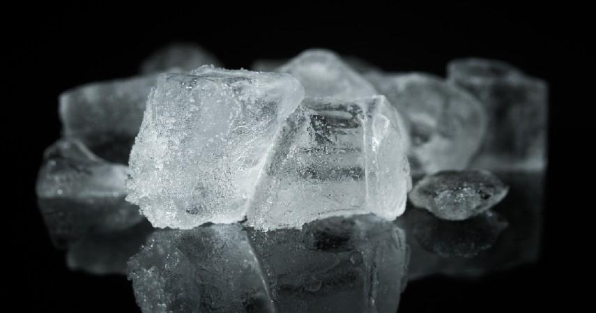 Kompres dengan bungkusan es batu - Cara Mengobati Sakit Kepala Secara Alami Bebas Nyeri Tanpa Efek Samping