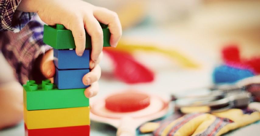 Membersihkan Mainan Anak - Hitungan Kalori Saat Melakukan Pekerjaan Rumah Ini Bisa Jadi Pilihan Olahragamu