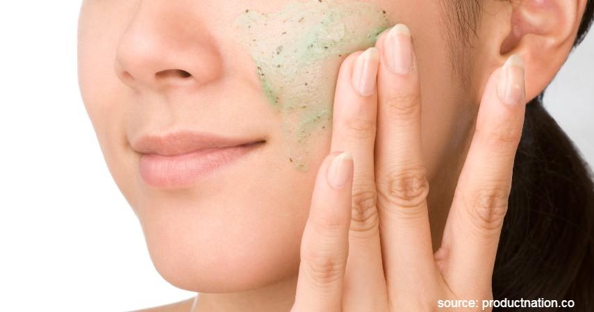 Rajin Gunakan Scrub untuk Eksfoliasi - Rekomendasi Skincare Agar Tetap Glowing Selama di Rumah Aja