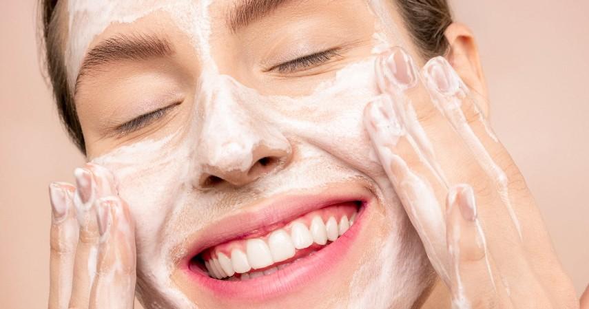 Rutin Membersihkan Wajah dengan Sabun - Rekomendasi Skincare Agar Tetap Glowing Selama di Rumah Aja