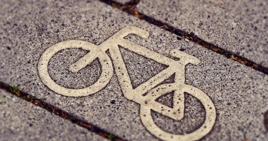 Taati aturan lalu lintas - Ini Tips Aman Bersepeda di Jalan Raya Biar Gak Mengganggu Pengendara Lain