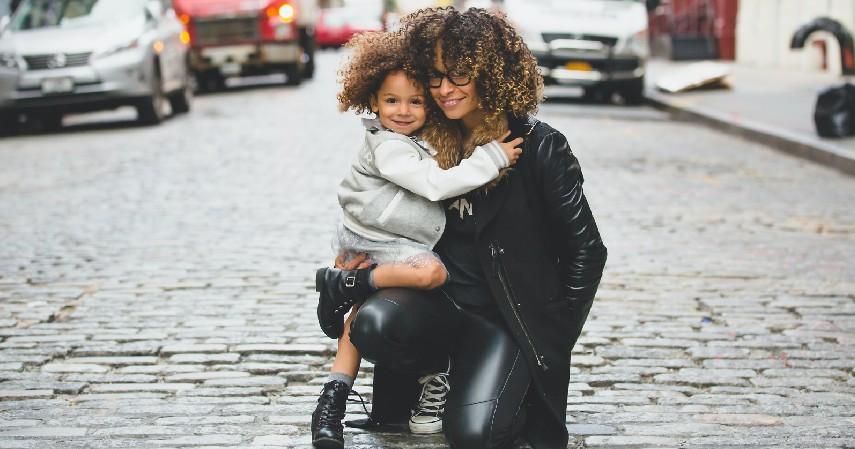 Alihkan Perhatian Si Kecil - 8 Cara Mengatasi Anak Tantrum yang Perlu Diketahui Orangtua