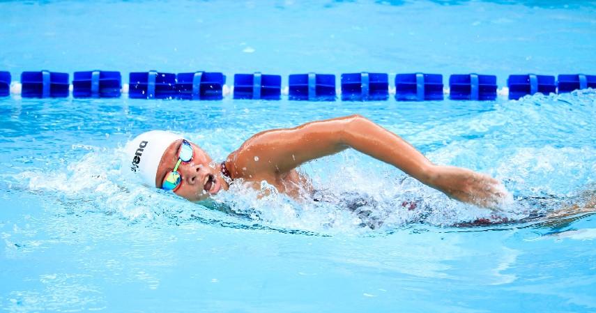 Berenang - 18 Cara Mengecilkan Lengan Berlemak Paling Efektif