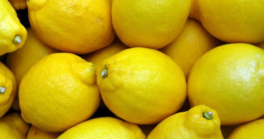 Berkumur dengan Air Lemon - 14 Cara Mengobati Gusi Bengkak Secara Alami Maupun dengan Obat