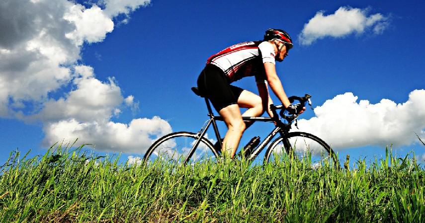 Bersepeda - 12 Cara Mengecilkan Paha dan Betis yang Mudah dan Menyehatkan