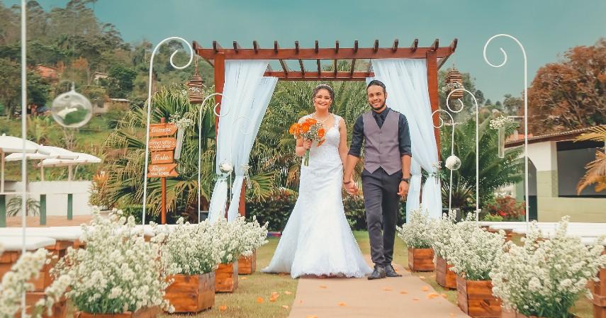 Dekorasi Pernikahan Konsep Garden Party - 7 Dekorasi Pernikahan Sederhana dan Murah di Kala Pandemi
