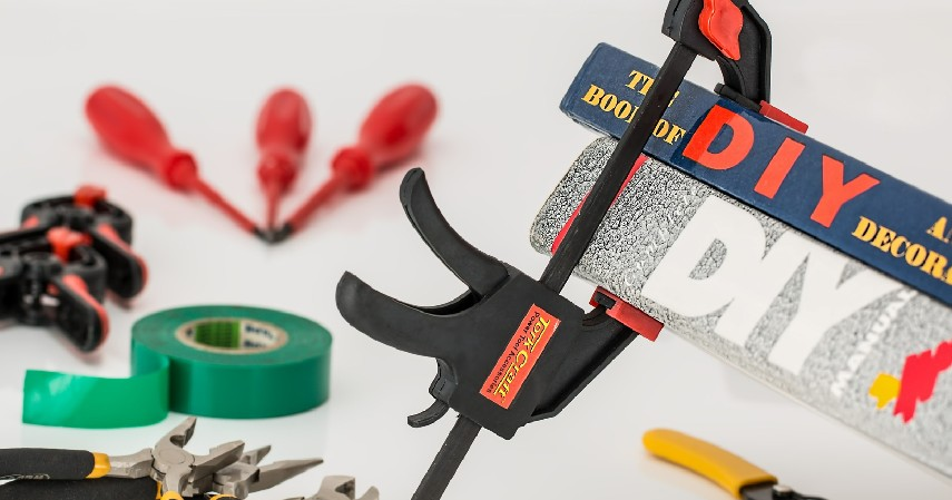 Gunakan Properti DIY - Tips Menghias Kamar Kos Bergaya Estetik Biaya Irit