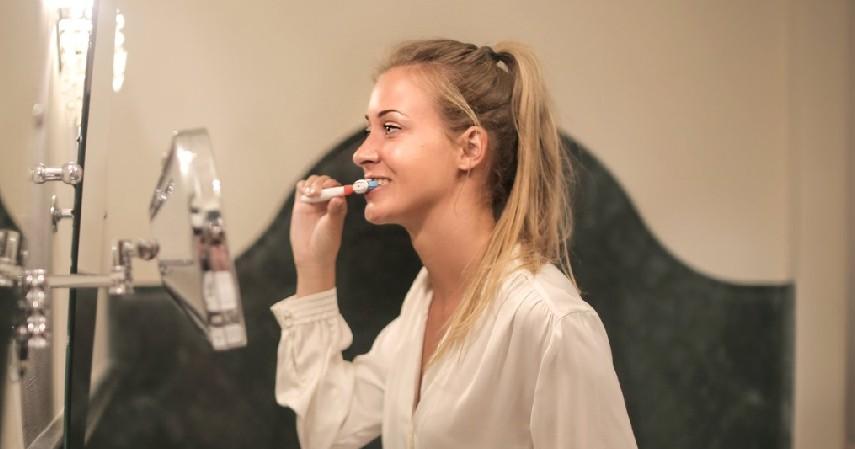 Jarang Menggosok Gigi - 6 Penyebab Karang Gigi Beserta Bahayanya Bagi Kesehatan