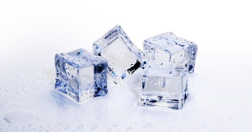 Kompres dengan Es Batu atau Air Hangat - 14 Cara Mengobati Gusi Bengkak Secara Alami Maupun dengan Obat
