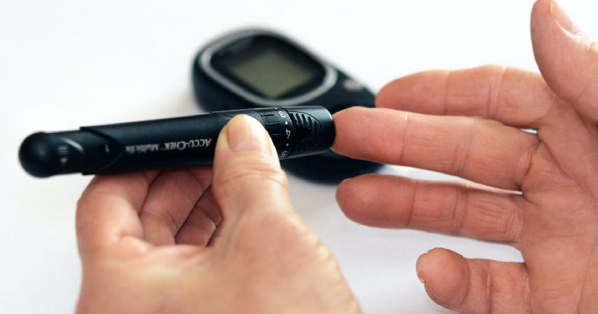 Melakukan Tes Gula Darah Secara Berkala - 7 Cara Mengobati Diabetes Secara Alami Mudah Banget