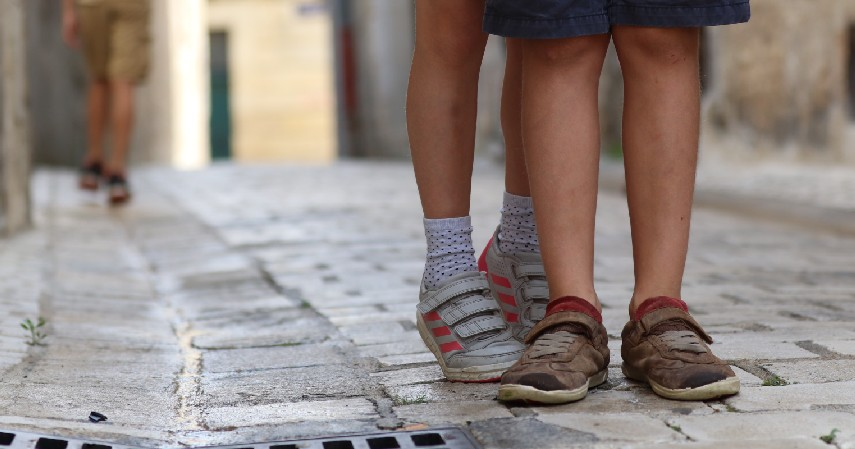 Membandingkan dengan anak lain - 5 Kesalahan dalam Mendidik Anak yang Perlu Dihindari