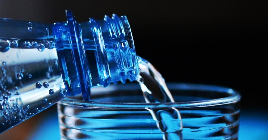 Mengkonsumsi Lebih Banyak Air Putih - 12 Cara Mengecilkan Paha dan Betis yang Mudah dan Menyehatkan
