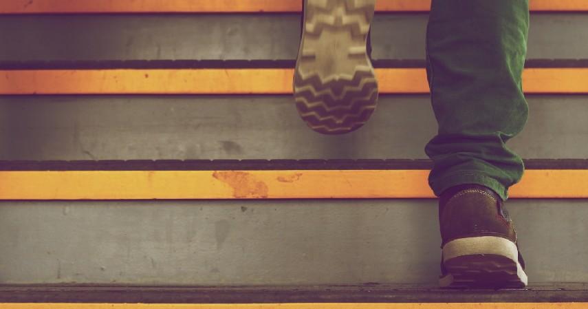 Naik Turun Tangga - 12 Cara Mengecilkan Paha dan Betis yang Mudah dan Menyehatkan