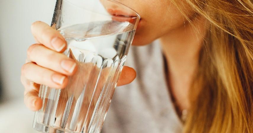 Perbanyak Minum Air Putih dan Hindari Alkohol - Cara Mengobati Asam Urat Secara Alami