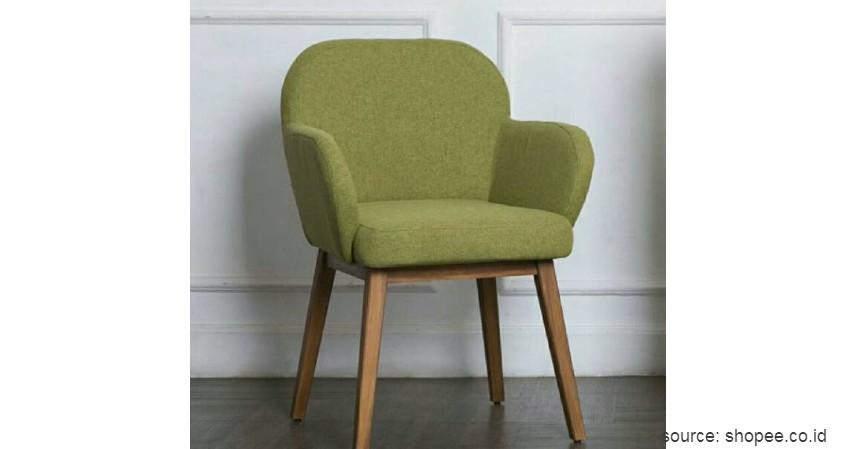 Sofa dengan Kaki Tinggi - 15 Ide Sofa Ruang Tamu Sempit yang Harganya Gak Bikin Mengernyit