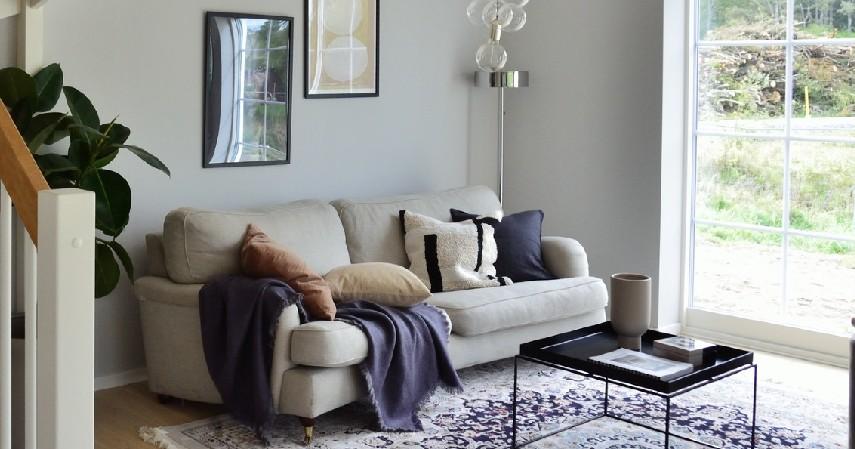 Warna Sofa sama dengan Dinding - 15 Ide Sofa Ruang Tamu Sempit yang Harganya Gak Bikin Mengernyit