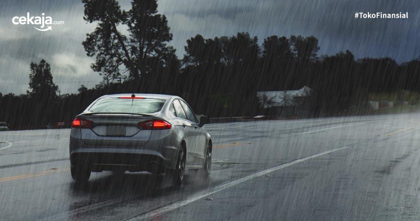 7 Tips Aman Menyetir di Jalan Tol saat Hujan Deras