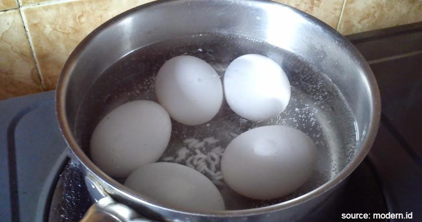Angkat dan rebus telur - Cara Membuat Telur Asin dan Peluang Usahanya